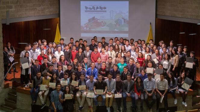 Grupo de jóvenes reciben diploma