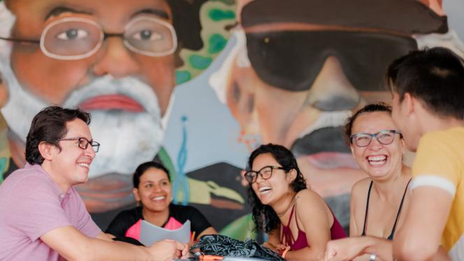 Imagen de un grupo de personas sonriendo