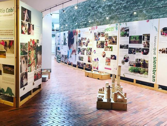 Exposición tejemos comunidades en la Universidad de los Andes
