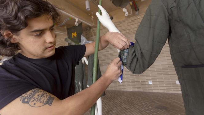 Hombre arreglando un maniquí