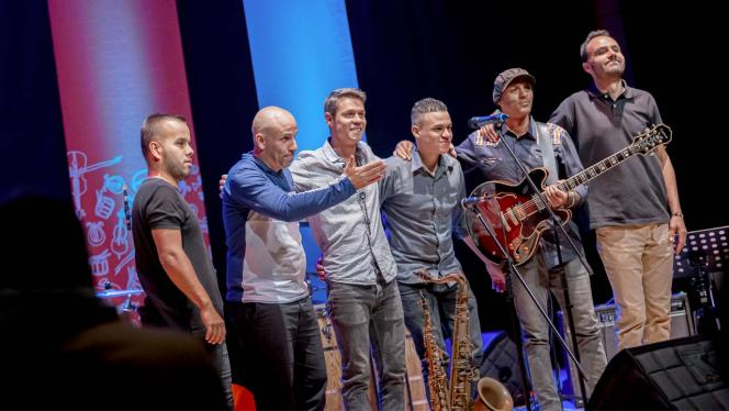 En tarima el grupo musical Siguara Jazz Ensamble