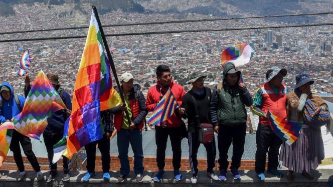Bolivianos con banderas y trajes típicos del país