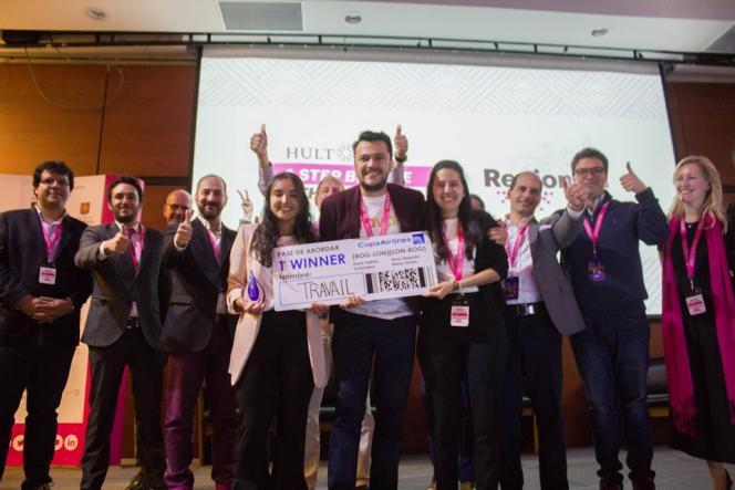Estudiantes ganadores con su aplicación Travail