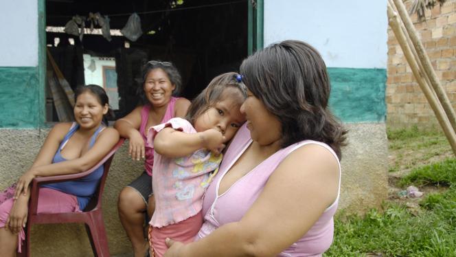Foto de mujer Tikuna con una niña en brazos