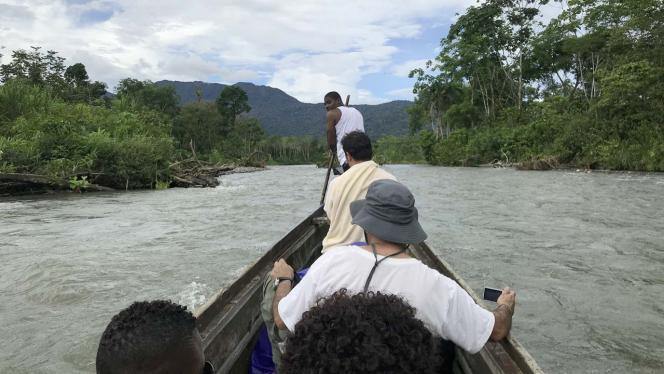 Grupo de personas en una canoa