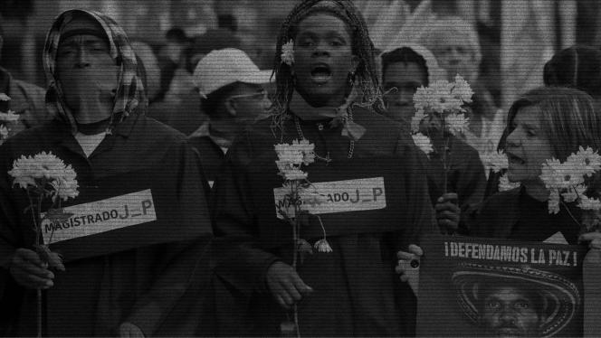 Grupo de personas en marcha contra asesinatos de líderes y lideresas