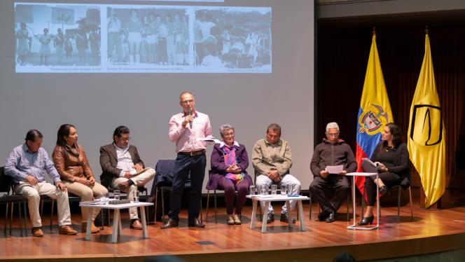 Grupo de personas en una tarima dando una conferencia