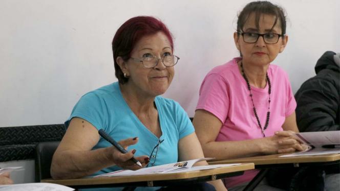 Retrato de dos mujeres en un salón de clases