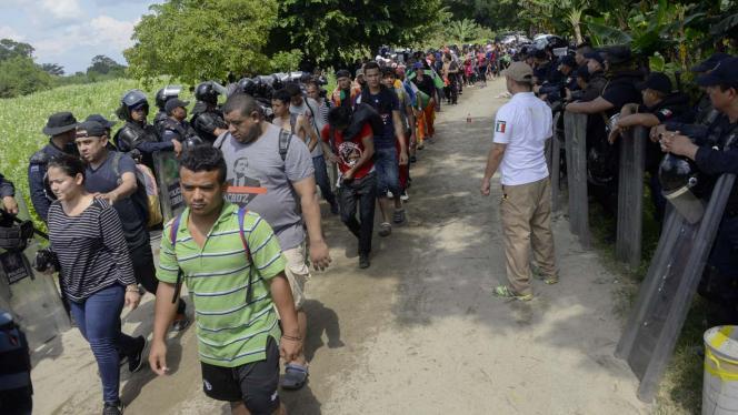 Grupo de migrantes marchando