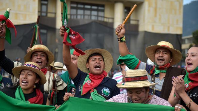 Miembros de la minga indígena en marcha