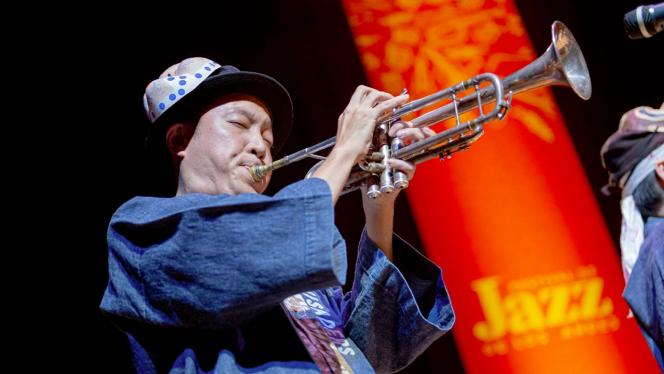 Músico japonés tocando una trompeta