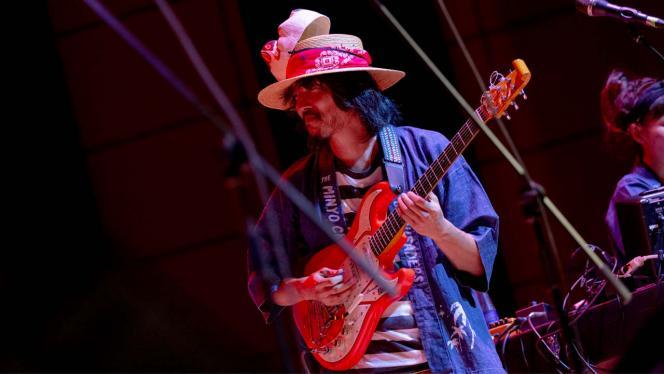 Hombre japonés tocando una guitarra