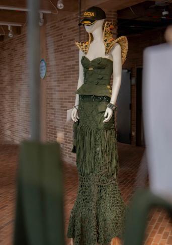 Maniquí con un vestido diseñado por la Policia Nacional