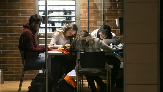 Imagen de un grupo de estudiantes en una mesa haciendo trabajos