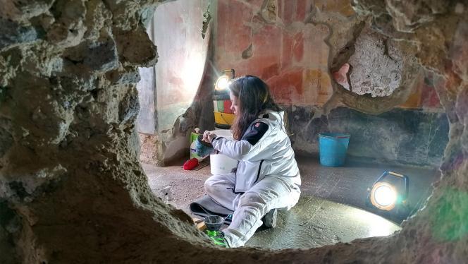 Mujer sacando muestras de una construcción
