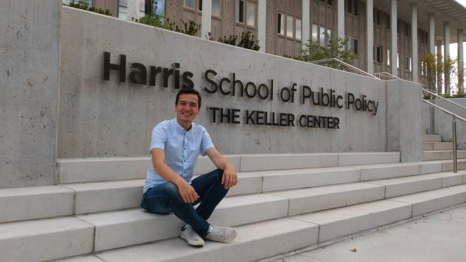 Fotografía de Pedro Hernández en la entrada de Harris School of public policy