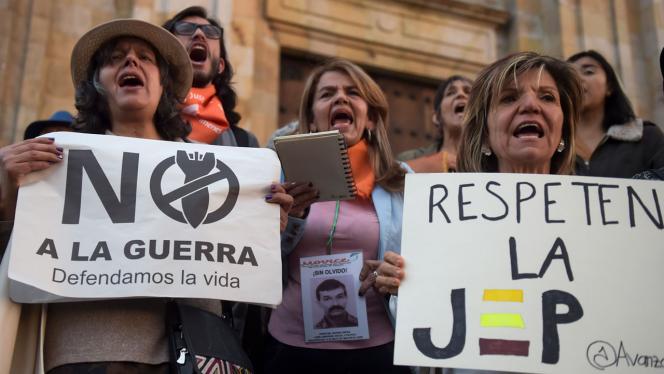 Grupo de personas con carteles en una manifestación