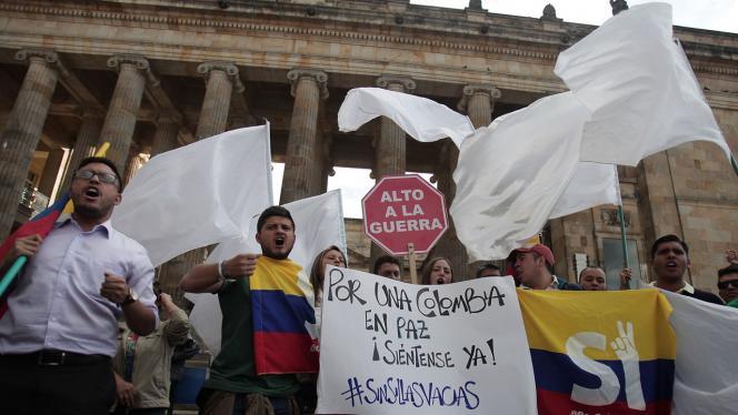 Grupo de personas en marcha por la Paz