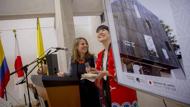 Dos mujeres sonriendo en un atril