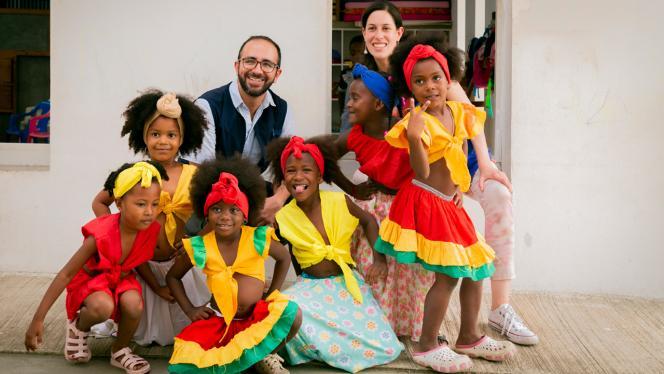 Fotografía de un grupo de niñas pequeñas con trajes de baile