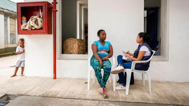 Imagen de dos mujeres sentadas afuera de una casa en una entrevista