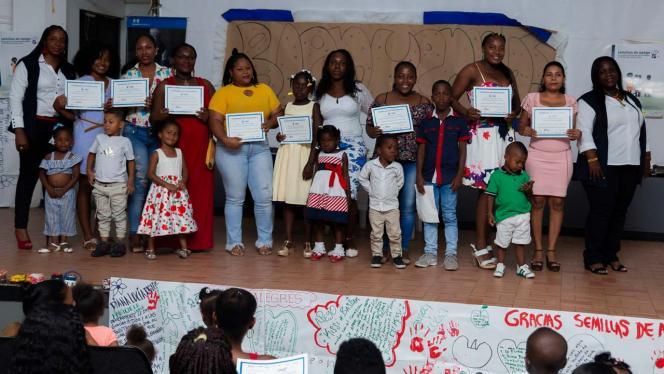 Grupo de personas afrocolombianas recibiendo un diploma