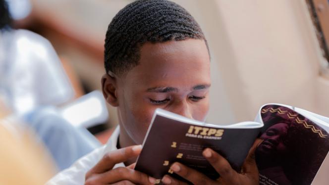 Estudiante leyendo un libro