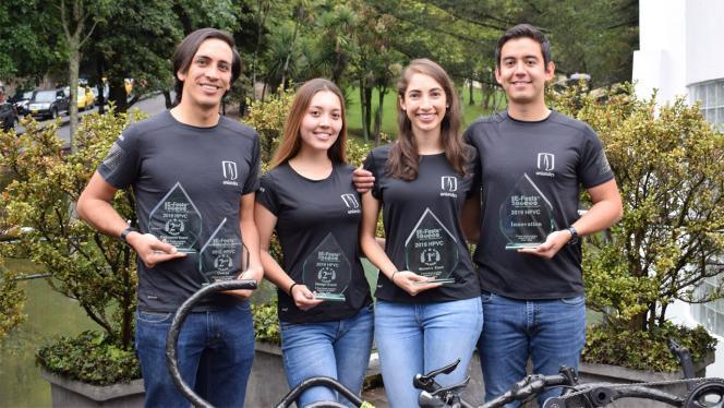 Estudiantes de los Andes sosteniendo sus reconocimientos