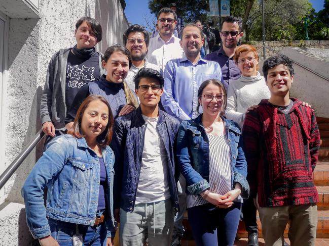 Imagen de un grupo de personas posando para una foto