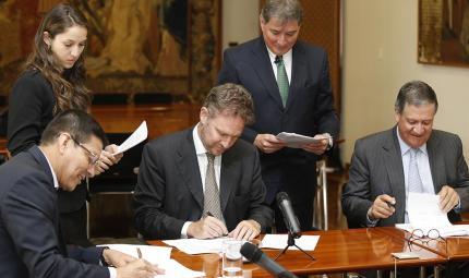 Pablo Navas, rector de Los Andes y Joris Jurriëns, ministro consejero de la Embajada del Reino de los Países Bajos, firman el convenio.