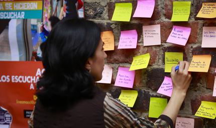 Miembro de la comunidad escribiendo frases en la jornada 'Ayúdanos a entender'