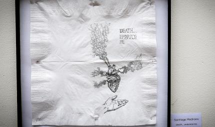 Dibujo de un corazón humano con una leyenda que dice 'Death embrace me'