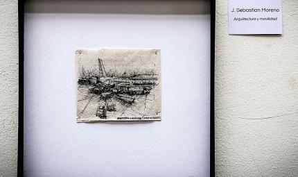 Dibujo en servilleta que muestra un avión en pista de aterrizaje