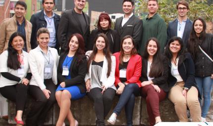 Grupo de estudiantes universitaros, en el campus de Los Andes.