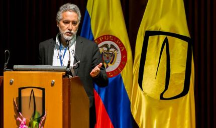 En el atril, Juan Camilo Cárdenas, decano Facultad de Economía Universidad de los Andes