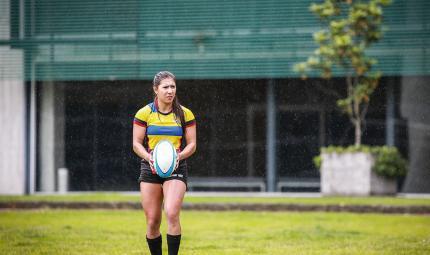 Estefanía Ramírez, polítologa y economista de los Andes, durante una practica de Rugby, en el centro deportivo de Uniandes.