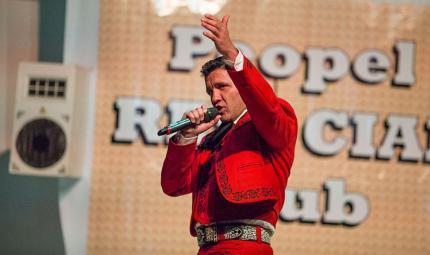 Como acto previo al inicio de la obra de teatro, uno de los reclusos de la cárcel dio un concierto de música de mariachi, en donde interpretó canciones de su autoría.