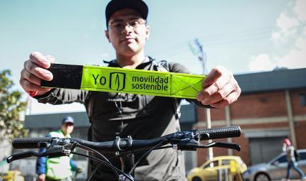 Estudiante uniandino con reflector para seguridad en bicicletas
