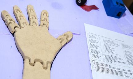 Una mano de cartón sobre una mesa