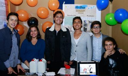 Seis estudiantes expositores posando para la foto