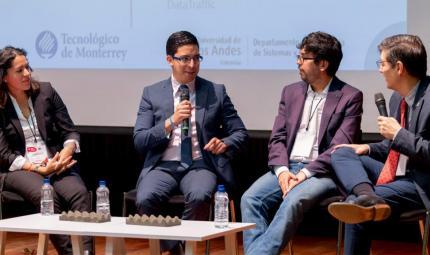 Panelistas emprendedores dando una charla en Los Andes