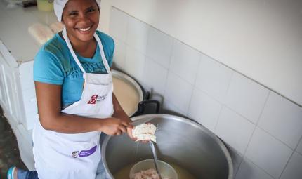 La hermana de Óscar Pupo ayuda en el negocio de Lácteos