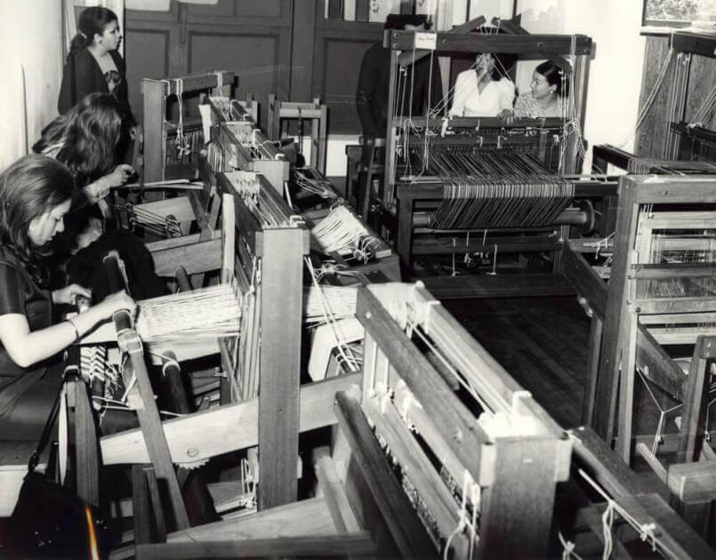 mujeres en las máquinas de tejer. La foto es antigua y en blanco y negro