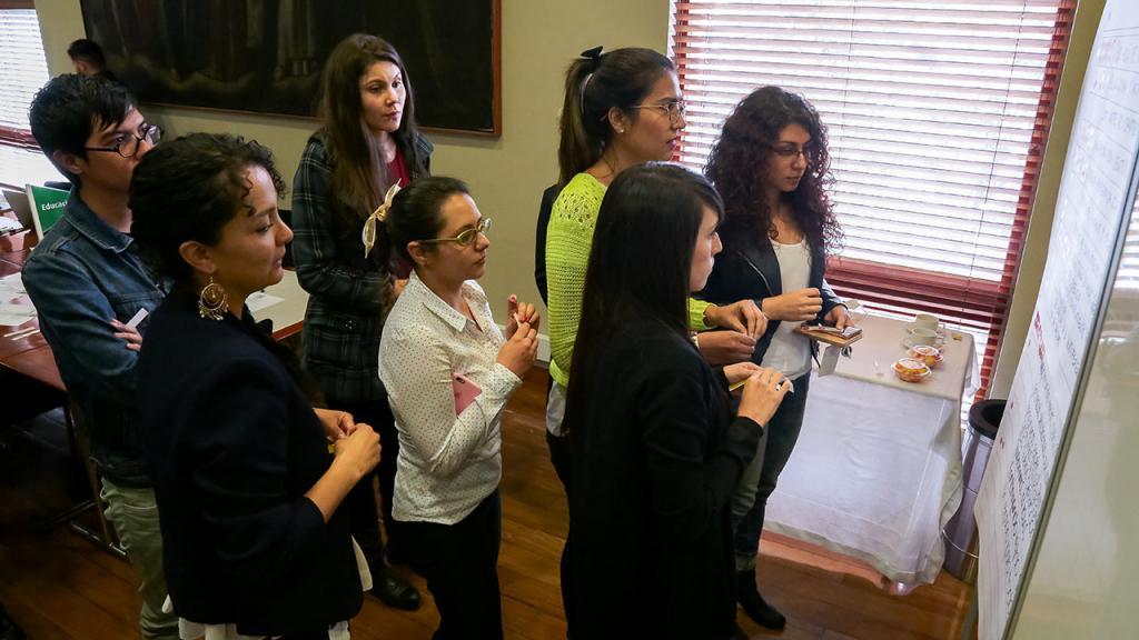 Distintos miembros de la comunidad Uniandes votando en taller de valores