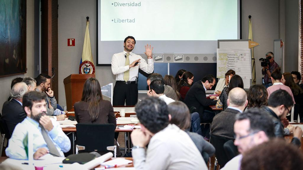 Vicerrector de Desarrollo y egresados explica taller de valores