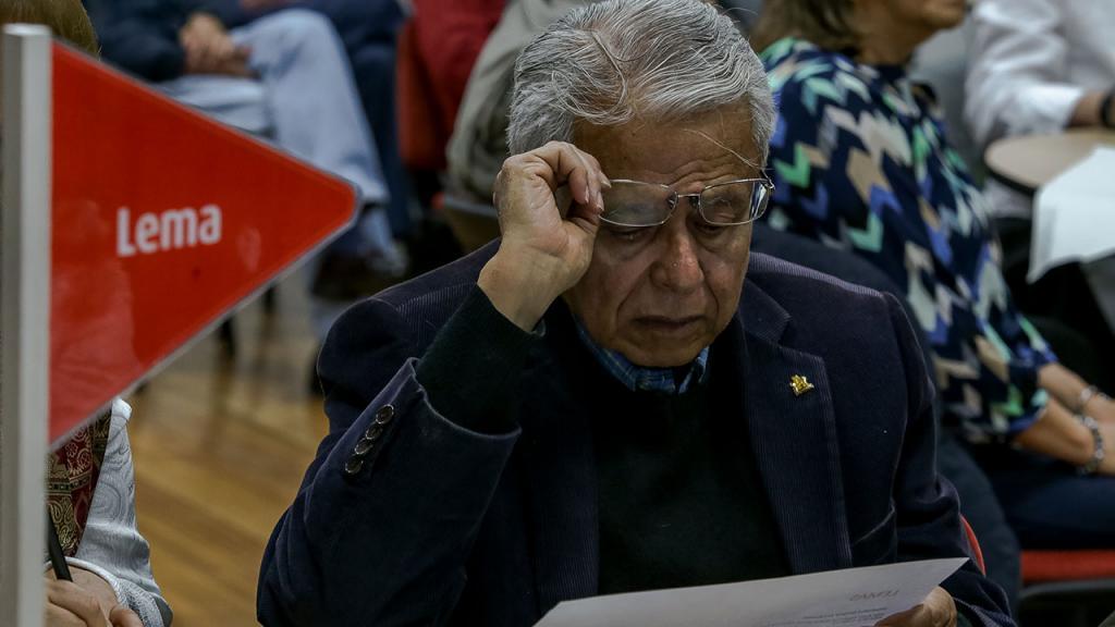 Hombre de avanzada edad participa en taller de valores Uniandes
