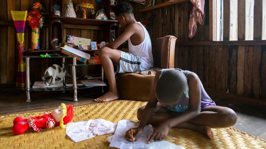 Niños haciendo tareas en su casa