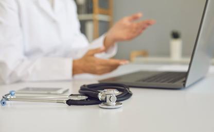 Médico realizando una consulta de telesalud