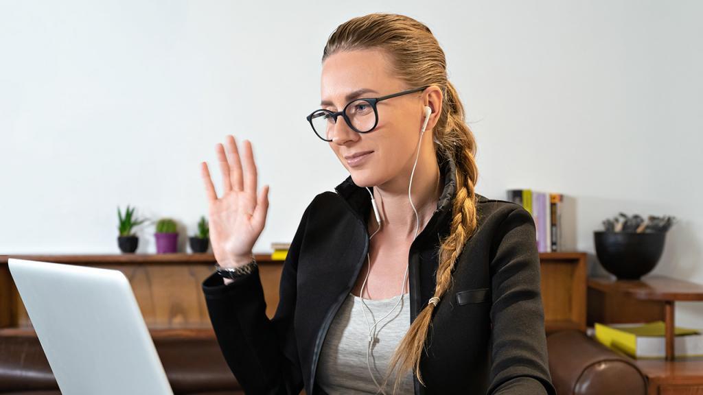 Mujer sentada frente a un computador