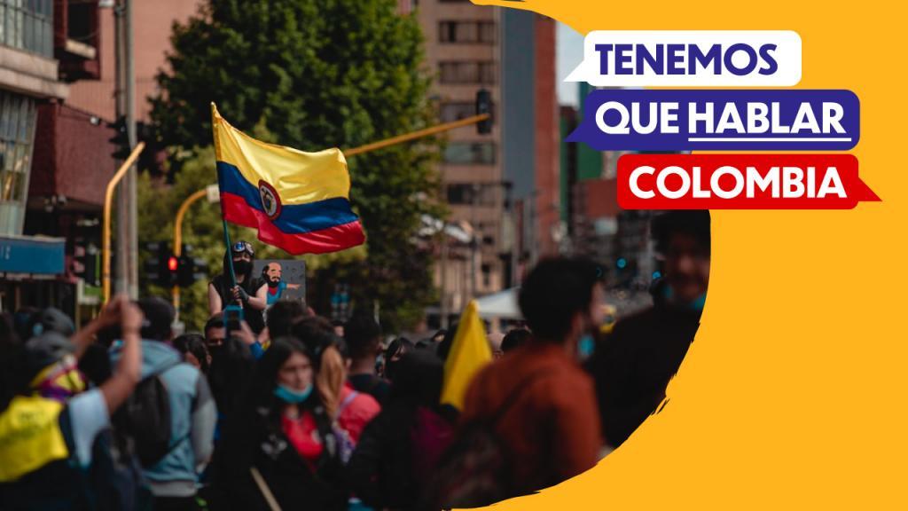 Marcha en Colombia con bandera en alto